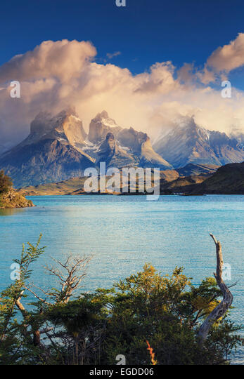 Chile, Patagonien, Torres del Paine Nationalpark (UNESCO-Website), Cuernos del Paine Gipfel und See Pehoe Stockbild