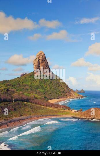 Brasilien, Fernando De Noronha, Conceicao, Meio und Cachorro Strand mit Morro Pico Berg im Hintergrund Stockbild