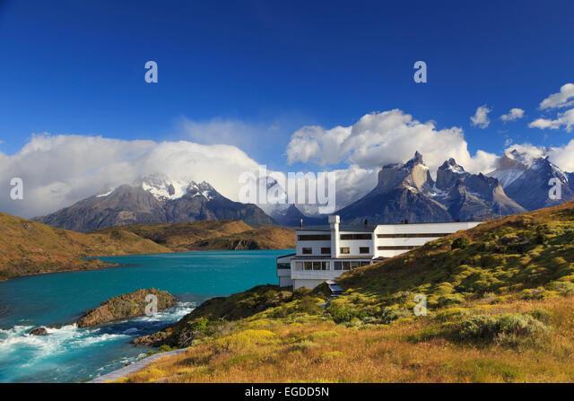 Chile, Patagonien, Torres del Paine Nationalpark (UNESCO-Website), Cuernos del Paine Spitzen und Luxus Hotel Explora Stockbild