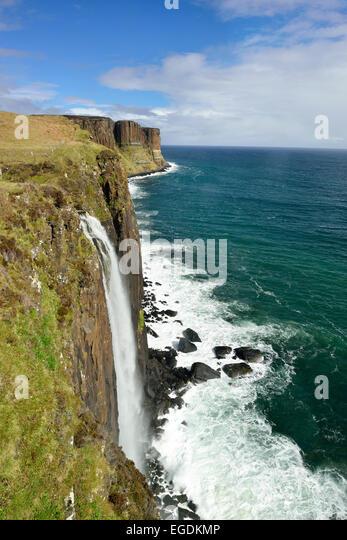 Kilt Rock Wasserfall fällt in Atlantik, Kilt Rock Wasserfall, Isle Of Skye, Schottland, Großbritannien, Stockbild