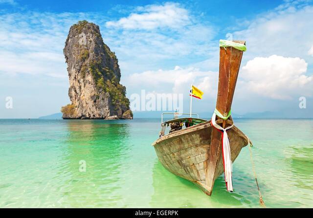 Alten Holzboot auf einer tropischen Insel. Stockbild