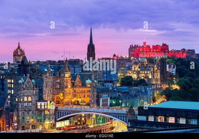 Die Skyline von Edinburgh mit dem Edinburgh Castle im Hintergrund. Fotografiert von Calton Hill kurz nach Sonnenuntergang. Stockbild