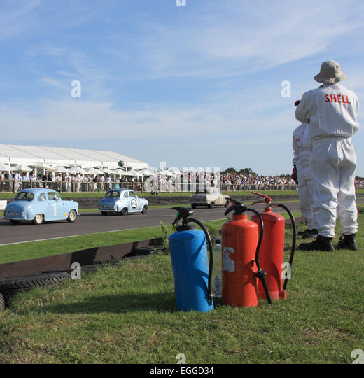 Fire Marshals auf der wichtigsten geraden / Goodwood Revival / Goodwood / UK Stockbild