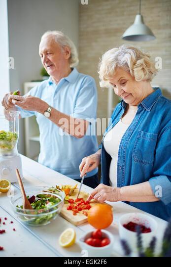 Ältere Mann und Frau gemeinsam kochen Stockbild