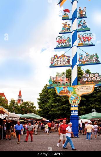 MÜNCHEN, DEUTSCHLAND; lokalen Kunden und Touristen in der Nähe der Mai Pol Wahrzeichen der Viktualienmarkt, Stockbild