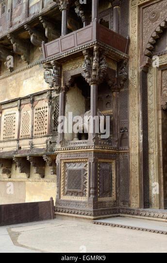 Aufwendigen Schnitzereien an den Außenwänden des 17. Jahrhunderts Jahangir Mahal Palace Orchha Madhya Stockbild