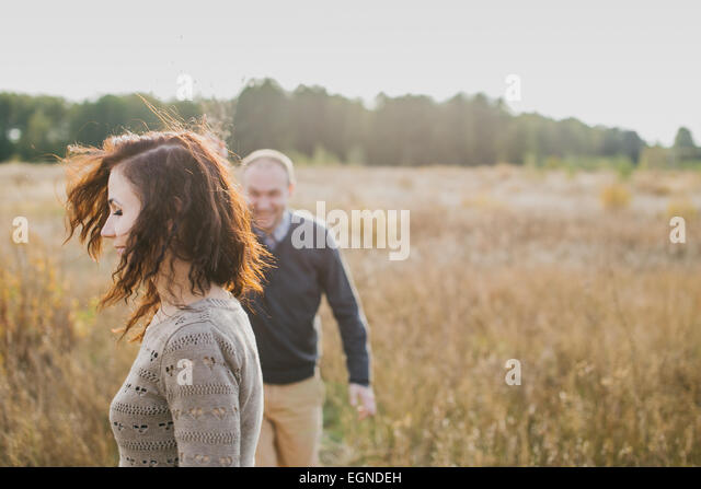 Bild eines jungen Paares, genießen Sie ihre Zeit zusammen bei herbstlichen Sonnenuntergang Stockbild
