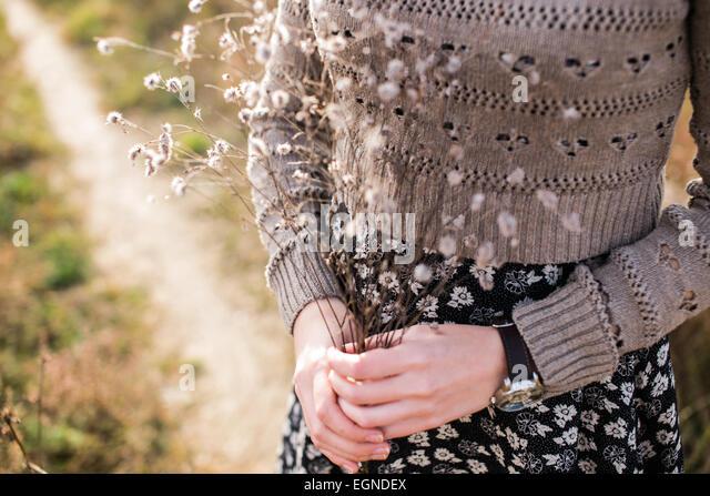 Herbstliche Bouquet von Trockenblumen in Händen einer jungen Frau gemacht Stockbild
