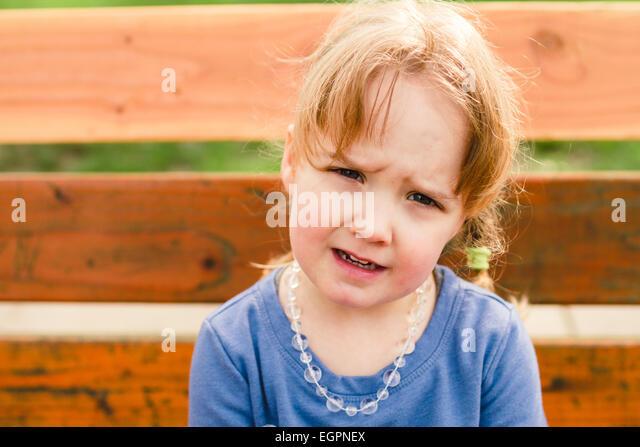 Lifestyle Portrait eines jungen Mädchens an einem Park mit natürlichem Licht. Stockbild