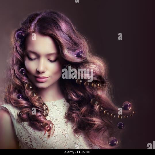 Schönheit-Porträt der jungen Frau mit fließenden Haaren Stockbild