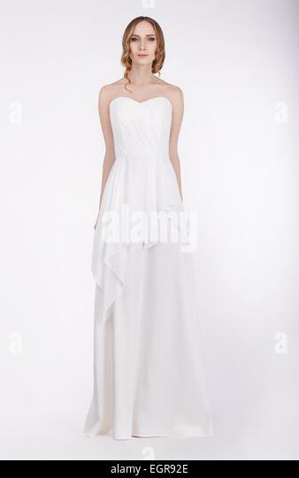 Mode-Modell stehen im langen weißen Kleid Stockbild