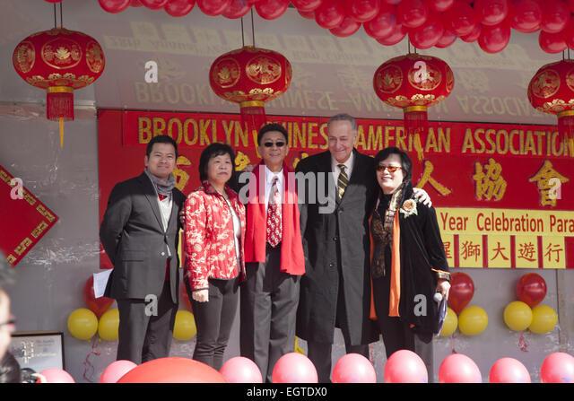 New York Senator Chuck Schumer mit mit Vertretern der chinesischen Gemeinde beim chinesischen Neujahrsfest in Brooklyn, Stockbild