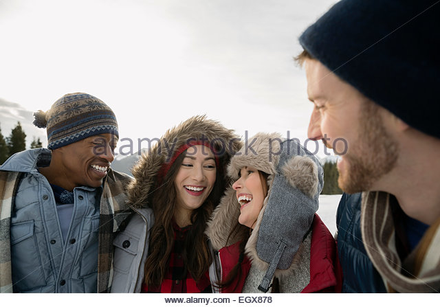 Paare in warme Kleidung Lachen im freien Stockbild