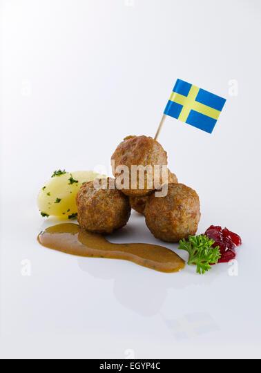 Koettbullar, schwedische Frikadellen, Kartoffeln und Sauce mit schwedischen Flagge Stockbild