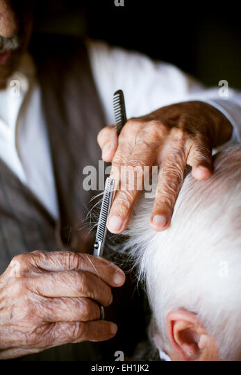 Bild von Friseur Haarschnitt verleiht senior woman beschnitten Stockbild