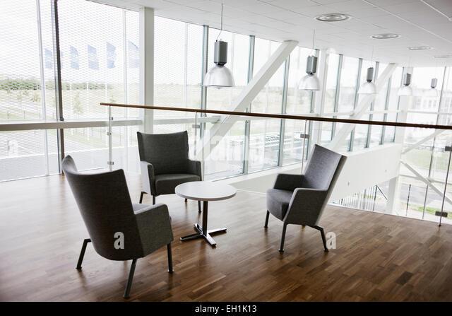 Leere Stühle und Tisch im modernen Büro Stockbild