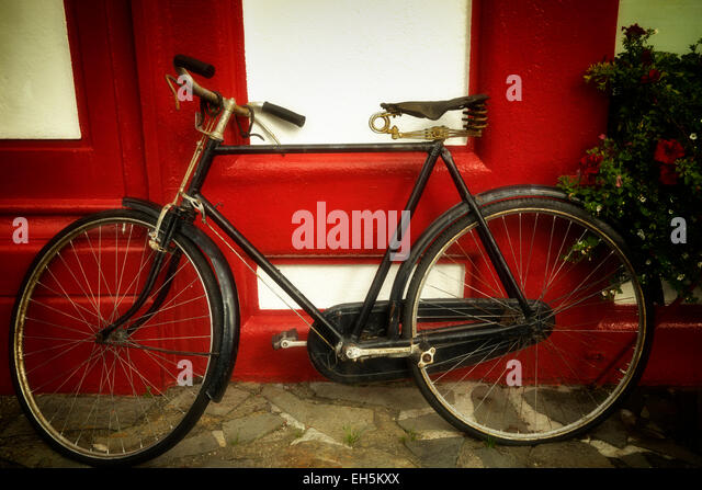 Altes Fahrrad bei Ladenzeile. Knightstown, Valentia Island, Republik von Irland Stockbild