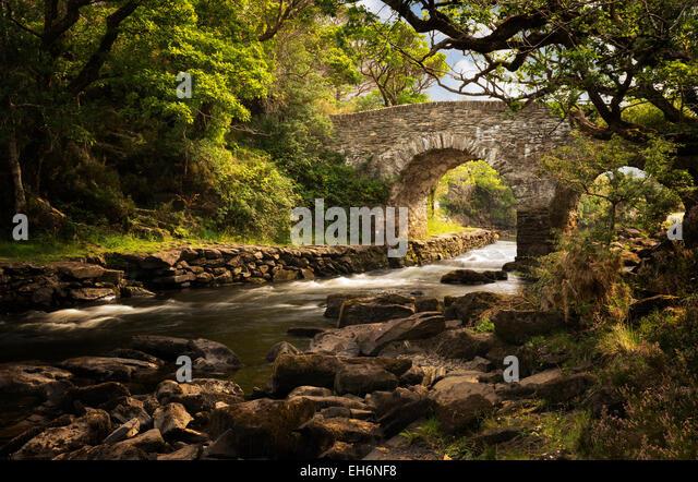Alte Brücke Wehr. Kilanrney Seen, Gap of Dunloe. Killarney National Park, Irland Stockbild