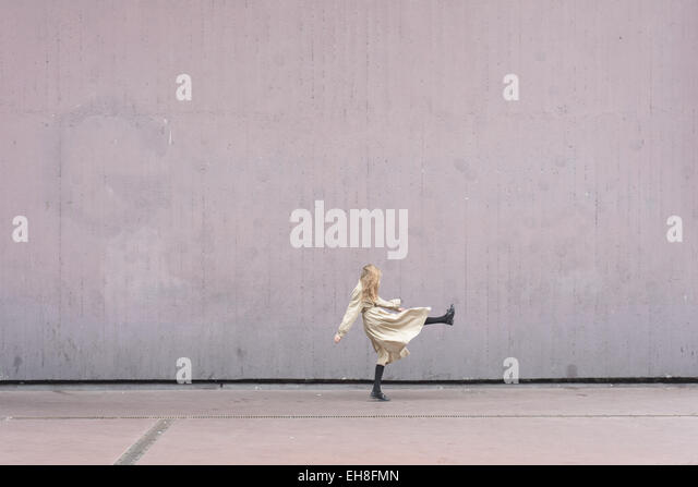 Frau auf einem zeitgenössischen städtischen Raum durchführen. Stockbild