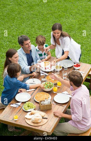 Familie und Freunden mit Picknick während des Urlaubs Stockbild