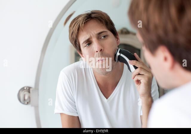 Mann mit elektrischen Rasierapparat Rasieren Stockbild