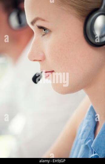 Frau arbeitet im Call-center Stockbild