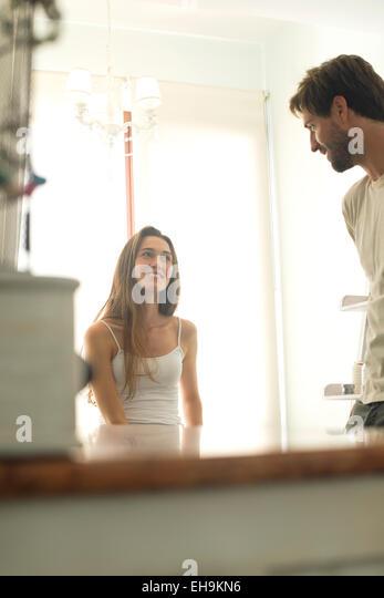 Frau im Chat mit Mann im Badezimmer Stockbild