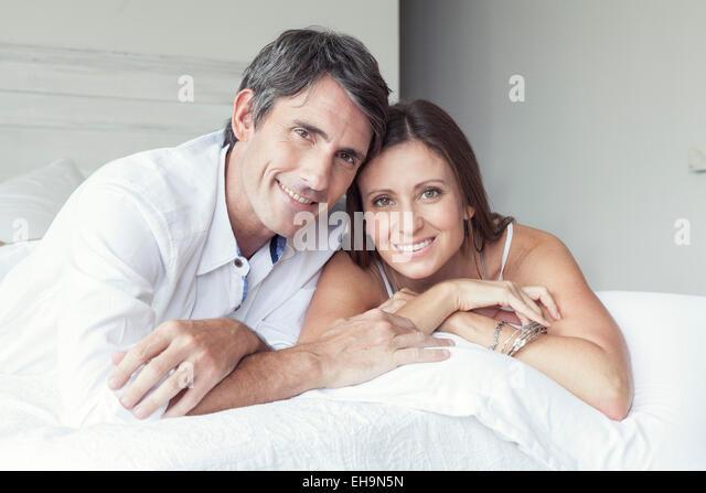 Paar auf Bett, Porträt Stockbild