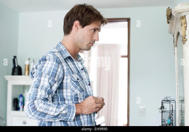 Mann Polstertechniken shirt Stockbild