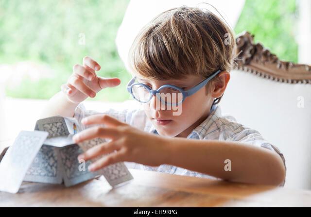 Kleiner Junge Kartenhaus bauen Stockbild