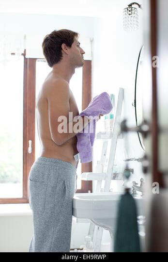 Mann im Bad mit Handtuch abtrocknen Stockbild