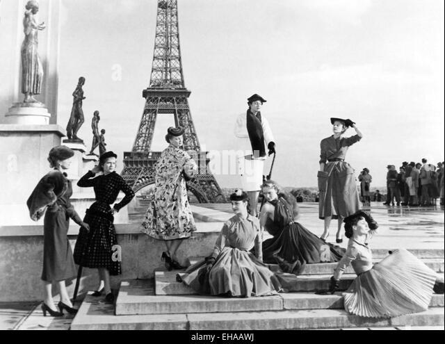 """Fashion Models am Set des Films """"Under the Paris Sky"""" (aka Sous le Ceil de Paris), 1951 Stockbild"""