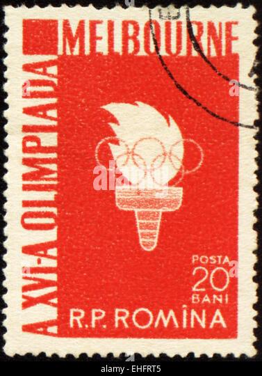 Rumänien - ca. 1956: Eine Briefmarke gedruckt in Rumänien zeigt Olympische Fackel mit Flamme Stockbild