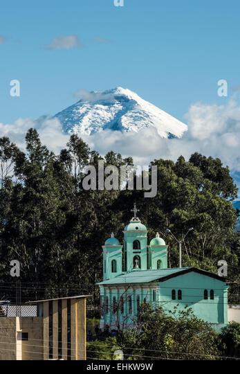 Cotopaxi Vulkan über San Jaloma Kirche und Dorf, De Los Chillos Tal, Anden-Hochland von Ecuador, Südamerika Stockbild