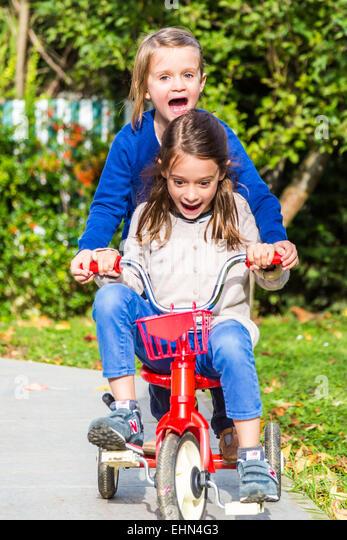 5 und 7 Jahre alten Mädchen mit dem Fahrrad. Stockbild