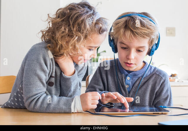 5 Jahre altes Mädchen und 8 Jahre alten Jungen mit Tablet-Computer. Stockbild