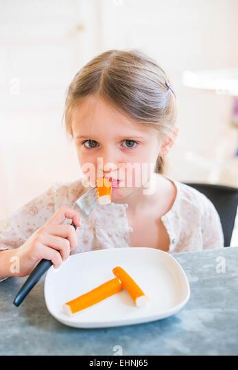5 Jahre altes Mädchen essen Surimi. Stockbild