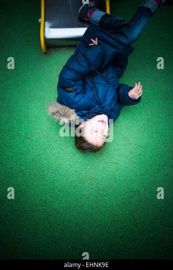 7 Jahre altes Mädchen auf einem Spielplatz. Stockbild