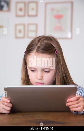 5 Jahre altes Mädchen mit Tablet-Computer. Stockbild