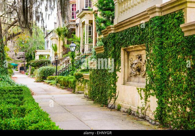 Savannah, Georgia, USA historische Innenstadt Bürgersteige und Reihenhäuser. Stockbild