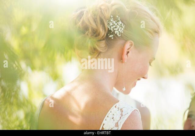 Braut im Hausgarten Stockbild
