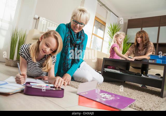 Drei-Generationen-Familie im Wohnzimmer, Bayern, Deutschland Stockbild