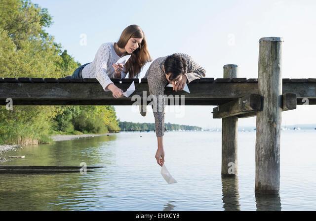 Junger Mann Frau startende Papier Bootsanleger Stockbild