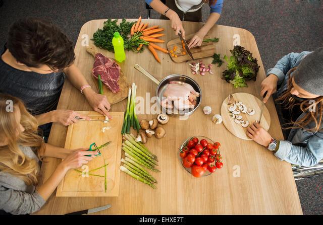 Freunde, die Schneiden von Gemüse in der Küche, München, Bayern, Deutschland Stockbild