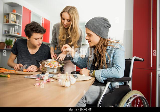 Freunde, die Zubereitung von Speisen in der Küche, München, Bayern, Deutschland Stockbild