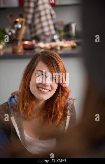 Junge Frau im Gespräch mit jemandem, München, Bayern, Deutschland Stockbild