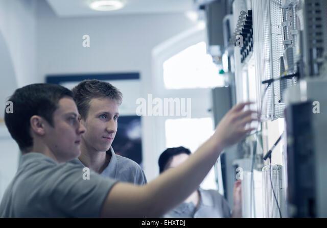 Schüler in der Berufsschule Elektronik Stockbild