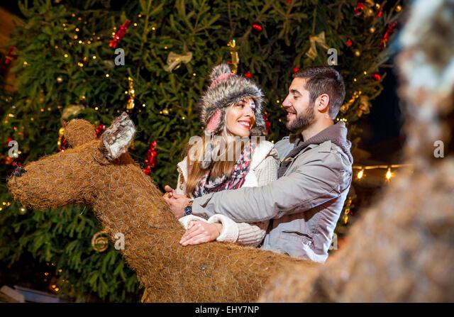 Glückliches junges Paar am Weihnachtsmarkt Stockbild