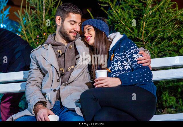 Junges Paar trinken Punsch am Weihnachtsmarkt Stockbild