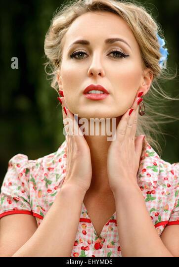 Porträt einer Mitte erwachsenen Frau hielt ihre Hände, ihr Gesicht Stockbild